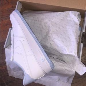 Baby blue n white NIKES size 5 in boys .